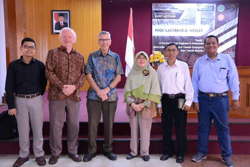 GUEST LECTURER Prof. Laurence D. Wesley from  University of Auckland New Zealand JURUSAN TEKNIK SIPIL 14 AGUSTUS 2017
